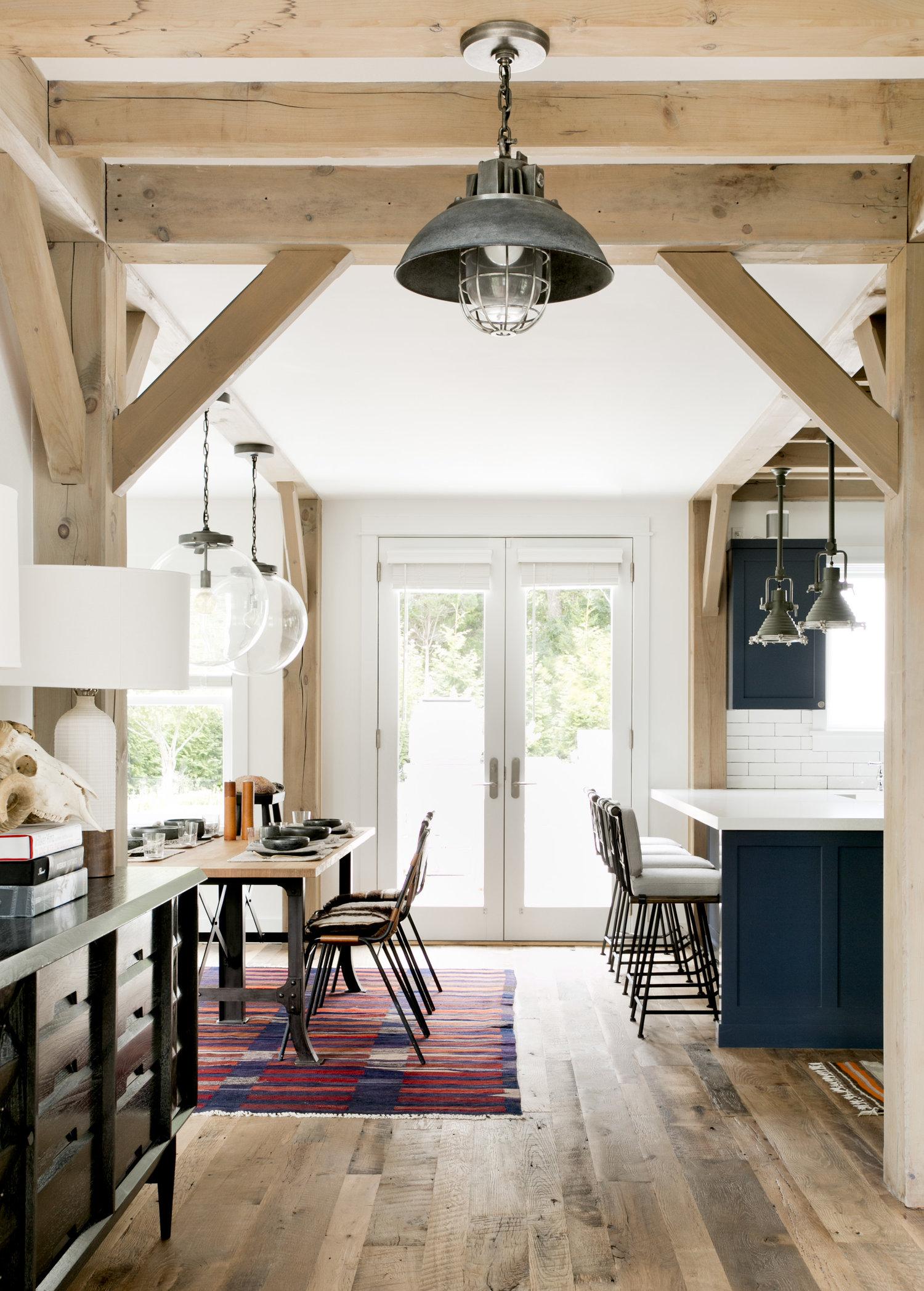 потолок балки дерево светильник кухня столовая барные стулья
