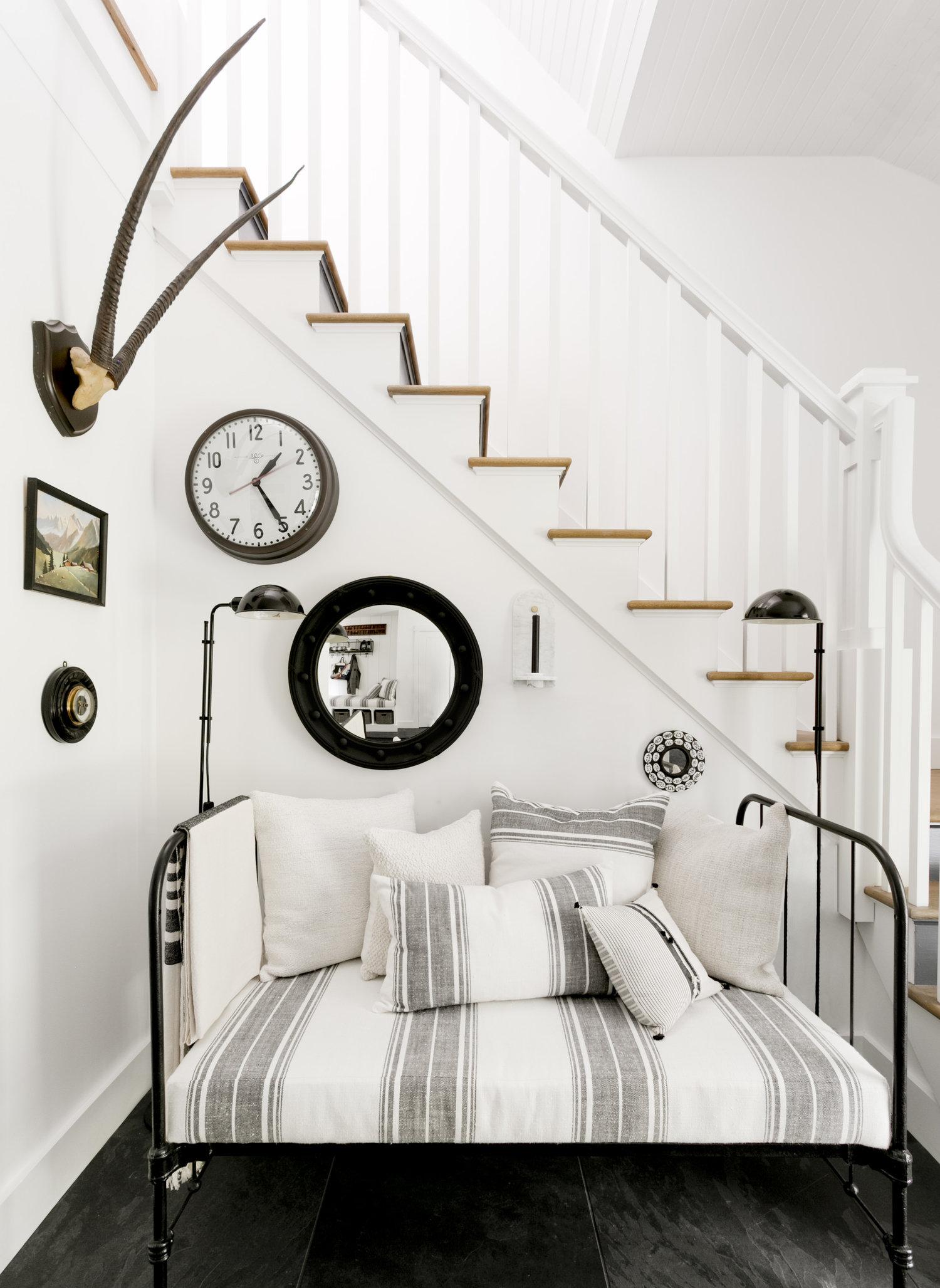 лестница ступени перила кушетка подушки