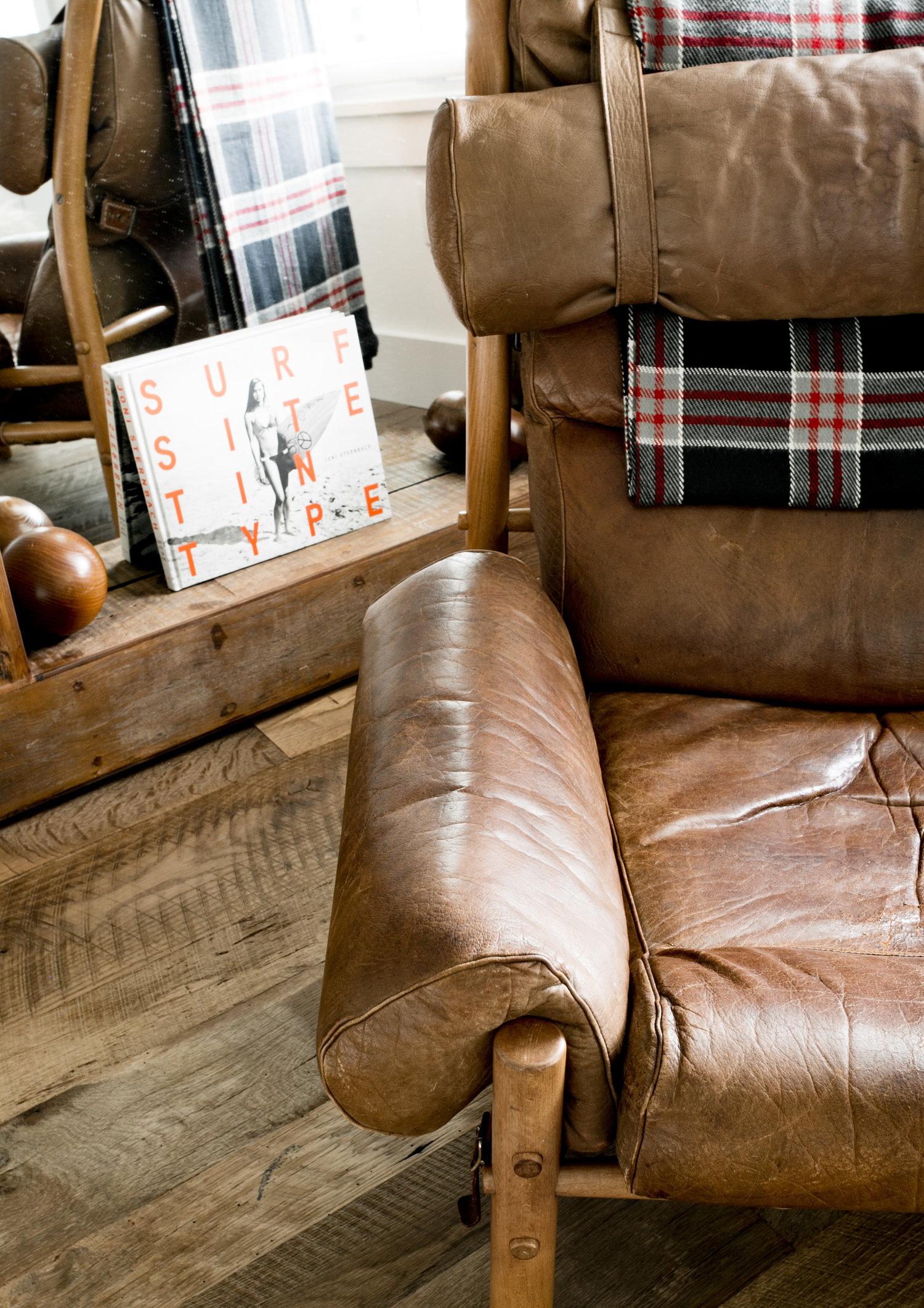 половая доска дерево зеркало кожаное кресло