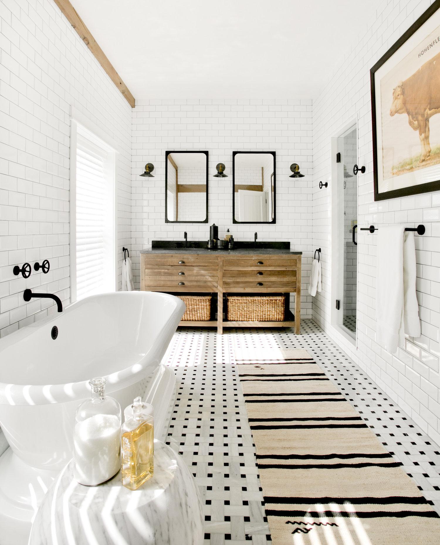 ванная комната душевая кабина двойная раковина зеркало комод ванна плитка кабанчик окно