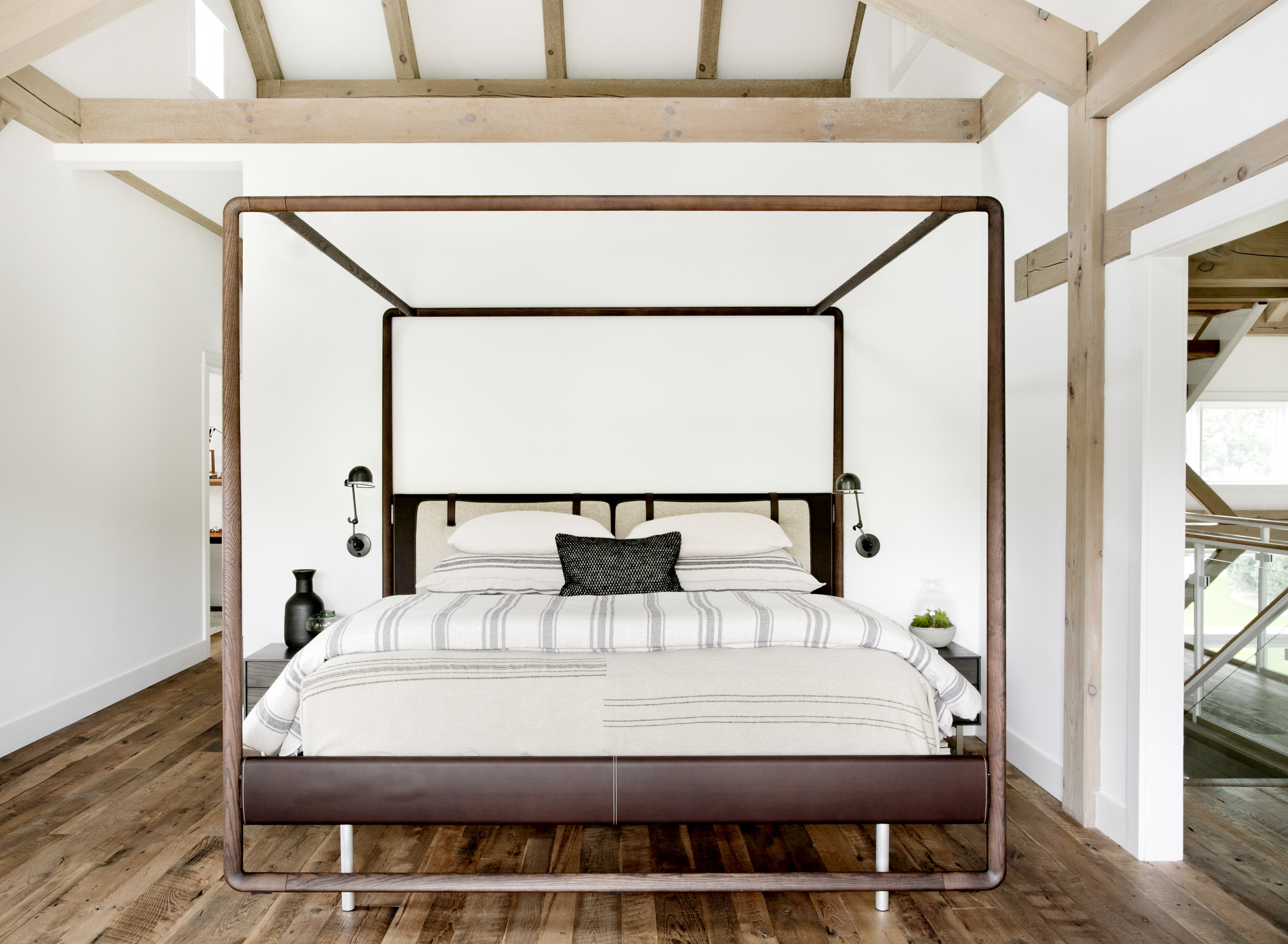 спальня кровать изголовье каркас для балдахина тексиль прикроватные светильники балки