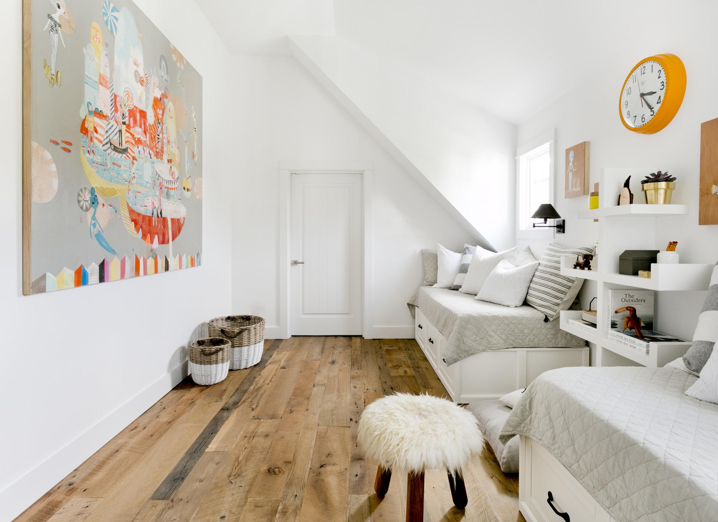 мансарда детская комната деревянный пол кровать с ящиками текстиль корзины