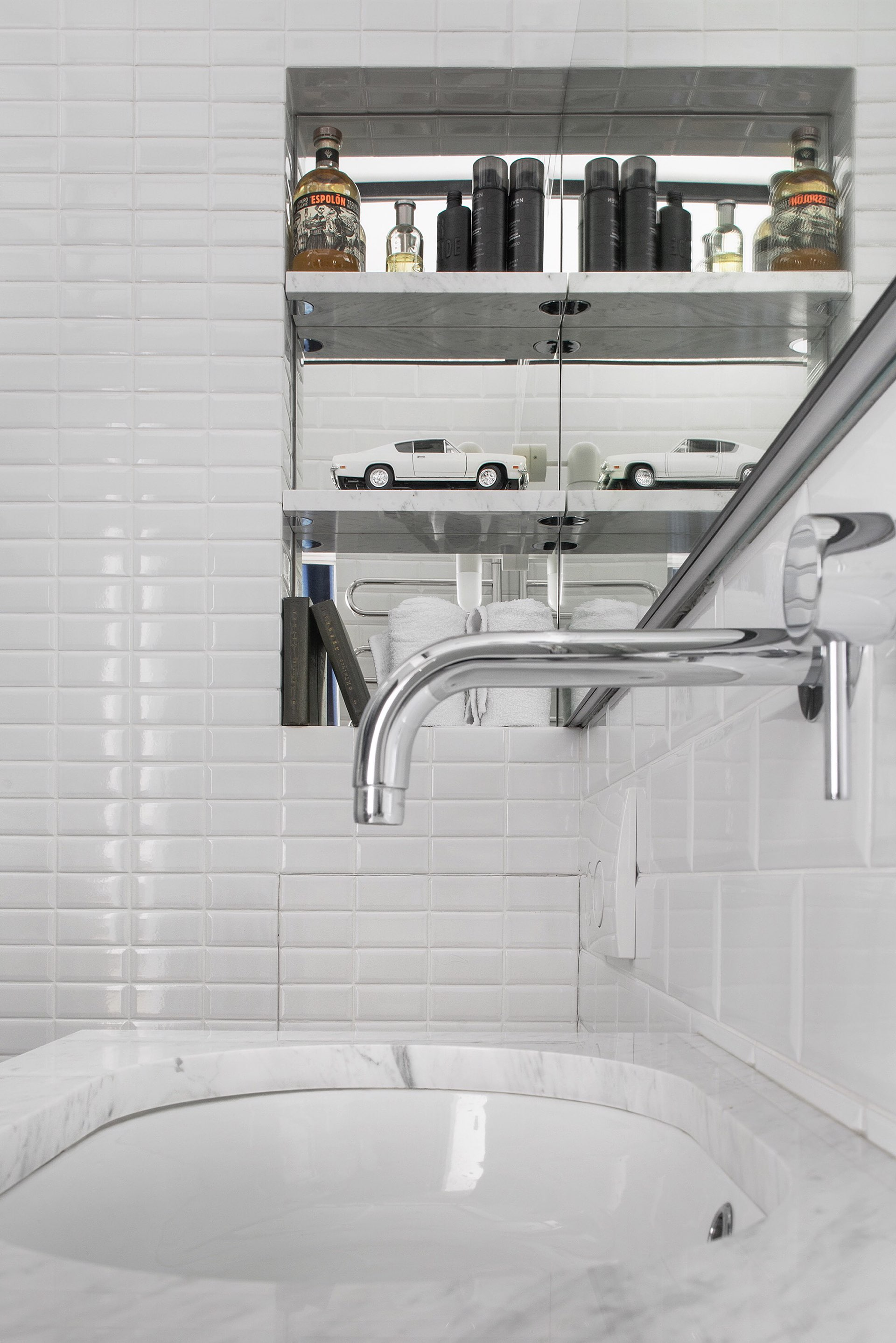 санузел раковина встроенный смеситель зеркало белая плитка кабанчик