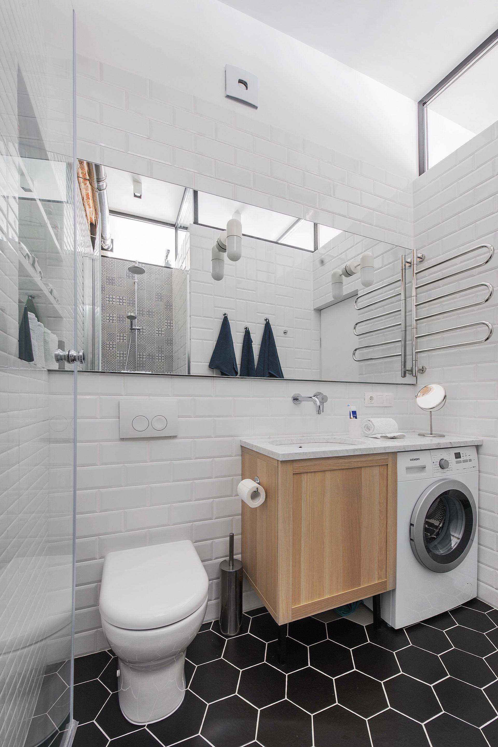 санузел дневной свет ниша полки зеркало полотенцесушитель раковина стиральная машина