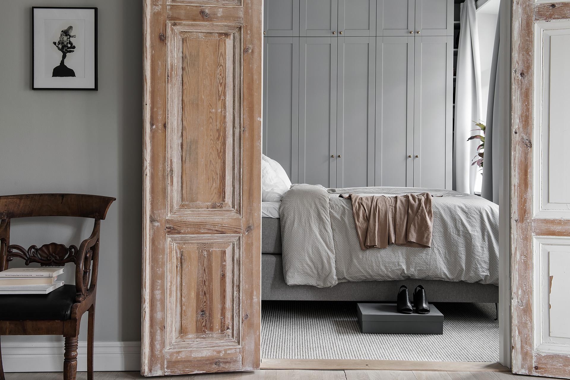 деревянные массив распашные двери спальня