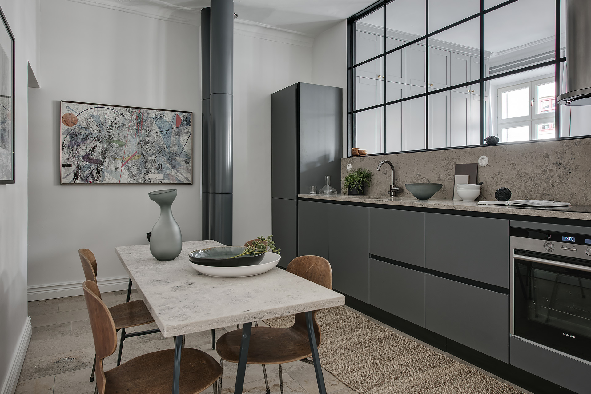 стеклянная перегородка кухня серые фасады бежевая столешница обеденный стол стулья