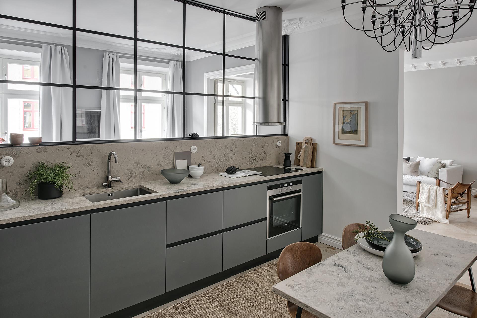 кухня серые фасады столешница мойка смеситель варочная панель духовка вытяжка обеденный стол стеклянная перегородка