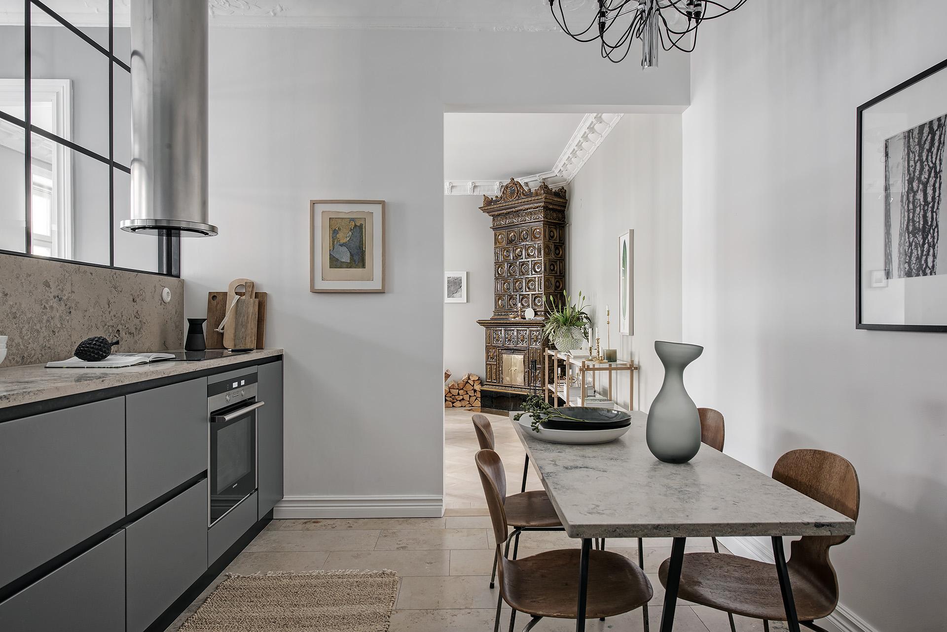 кухня обеденный стол стулья столешница мрамор камень пол плитка