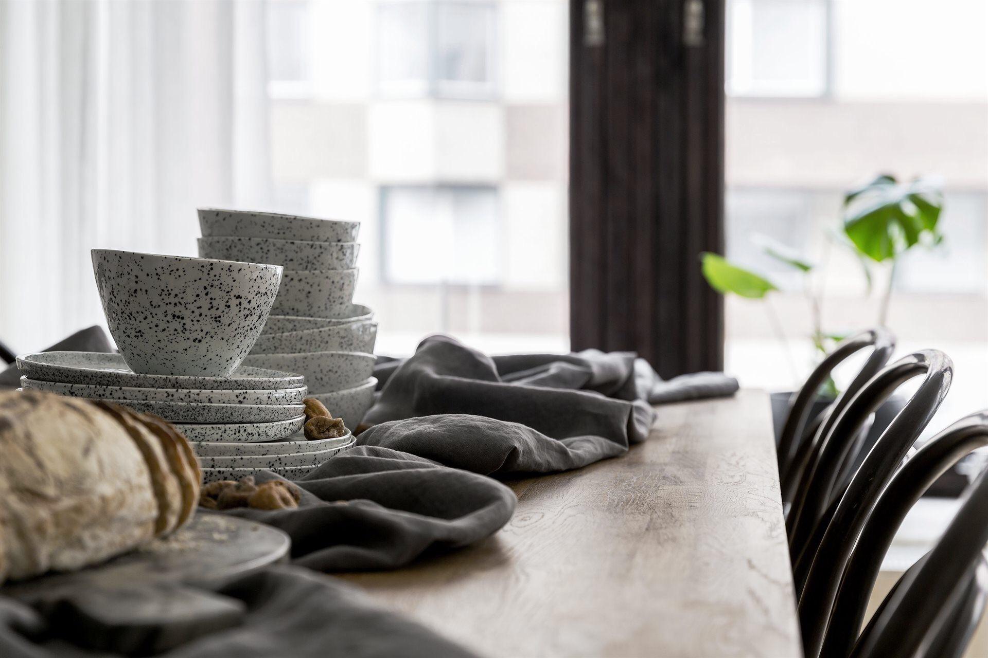 деревянный стол венские стулья посуда керамиа