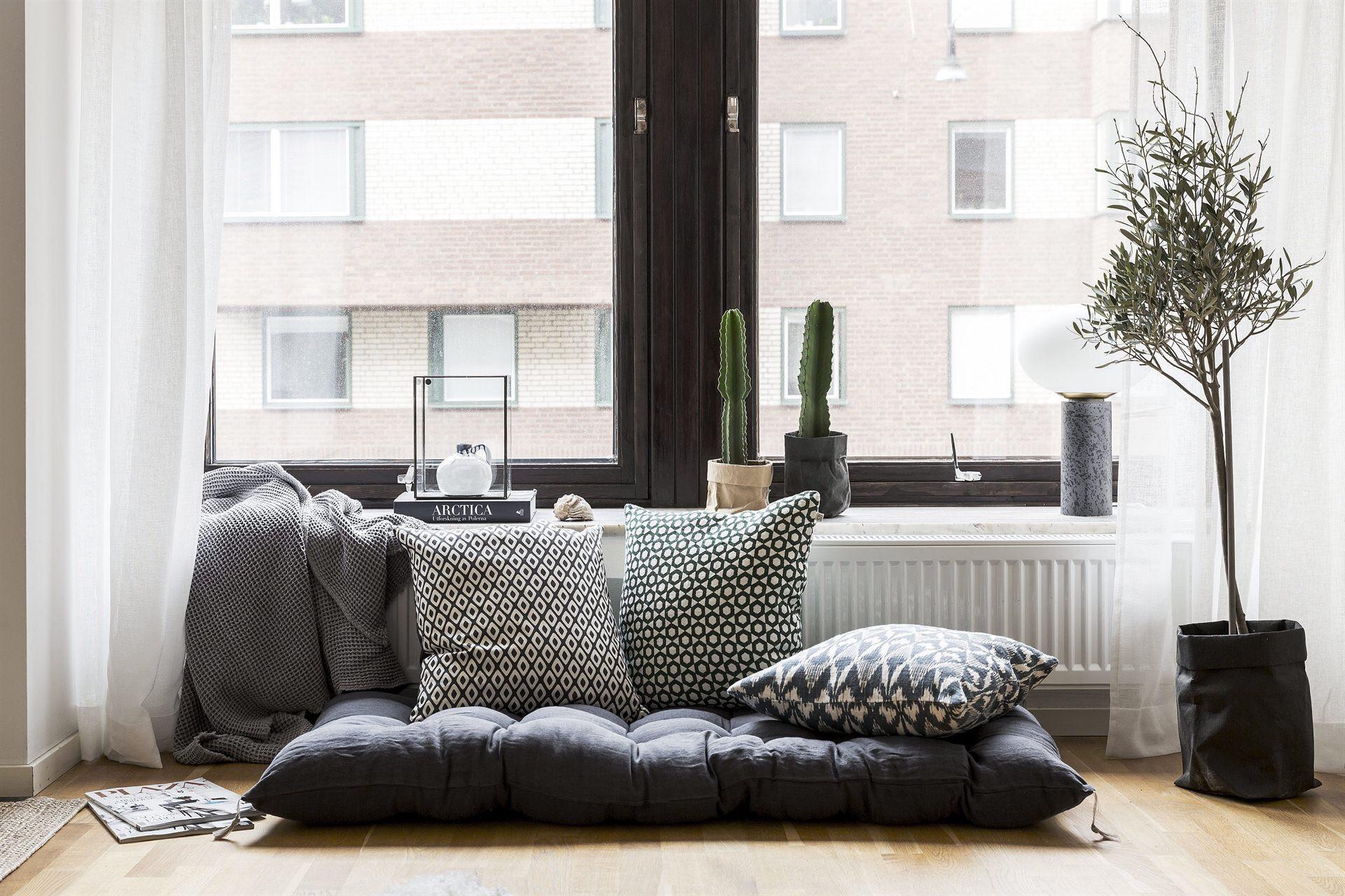 окно темные рамы подоконник подушки матрас деревянный пол комнатное дерево