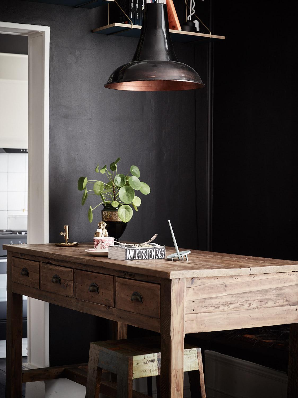 деревянный стол с ящиками лампа