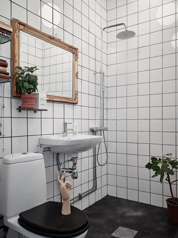 санузел душ трап зеркало квадратная плитка