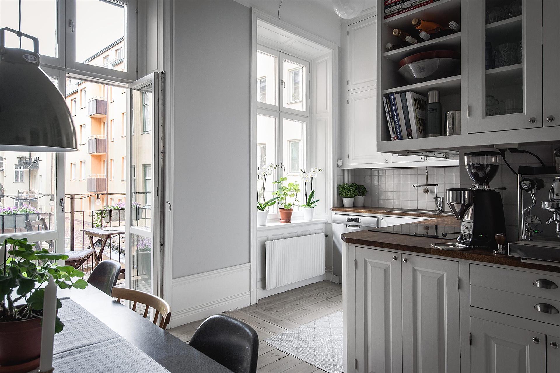 кухня балкон белые фасады филёнка