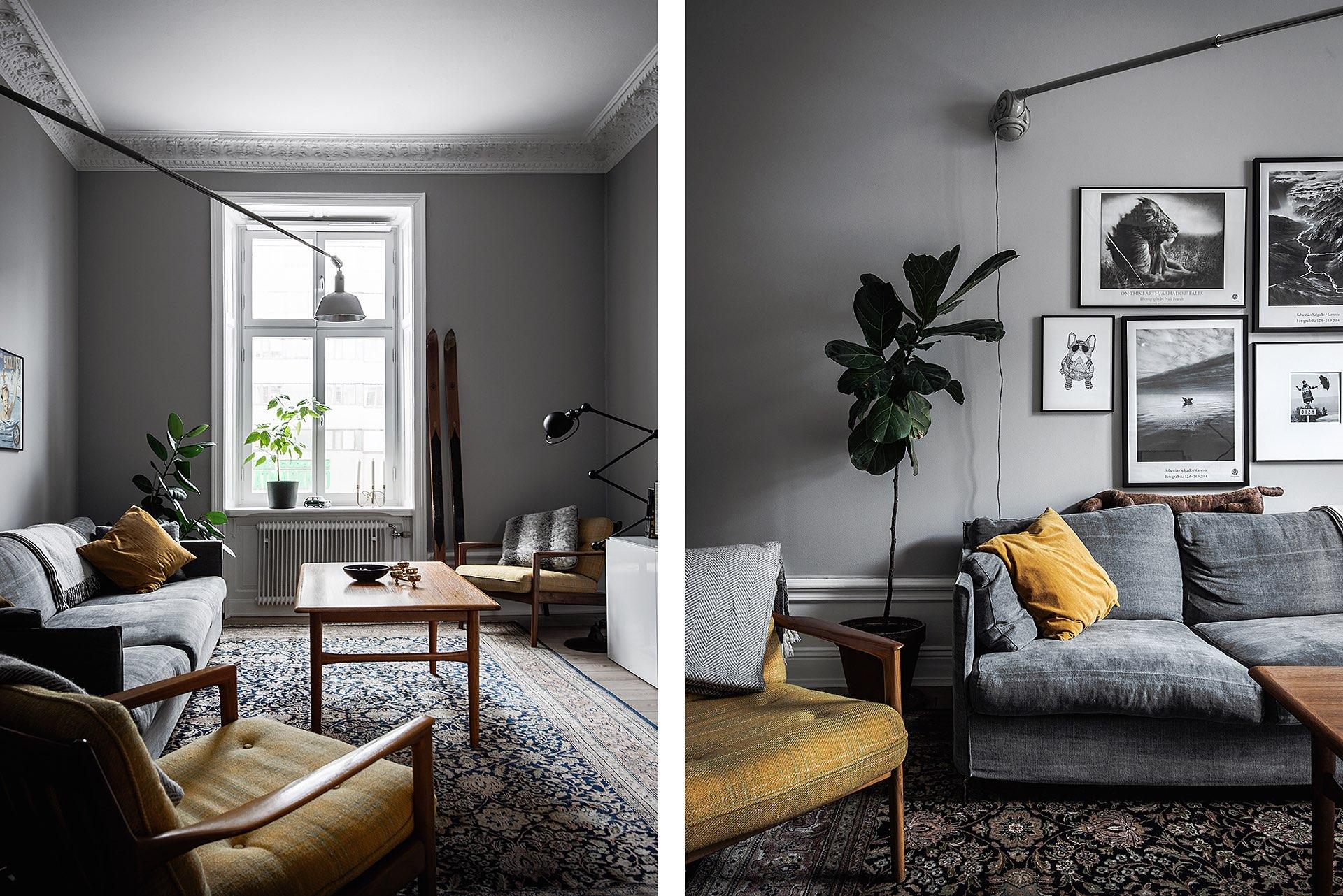 серый диван желтое кресло серые стены ковер столик окно комнатное растение высокий плинтус