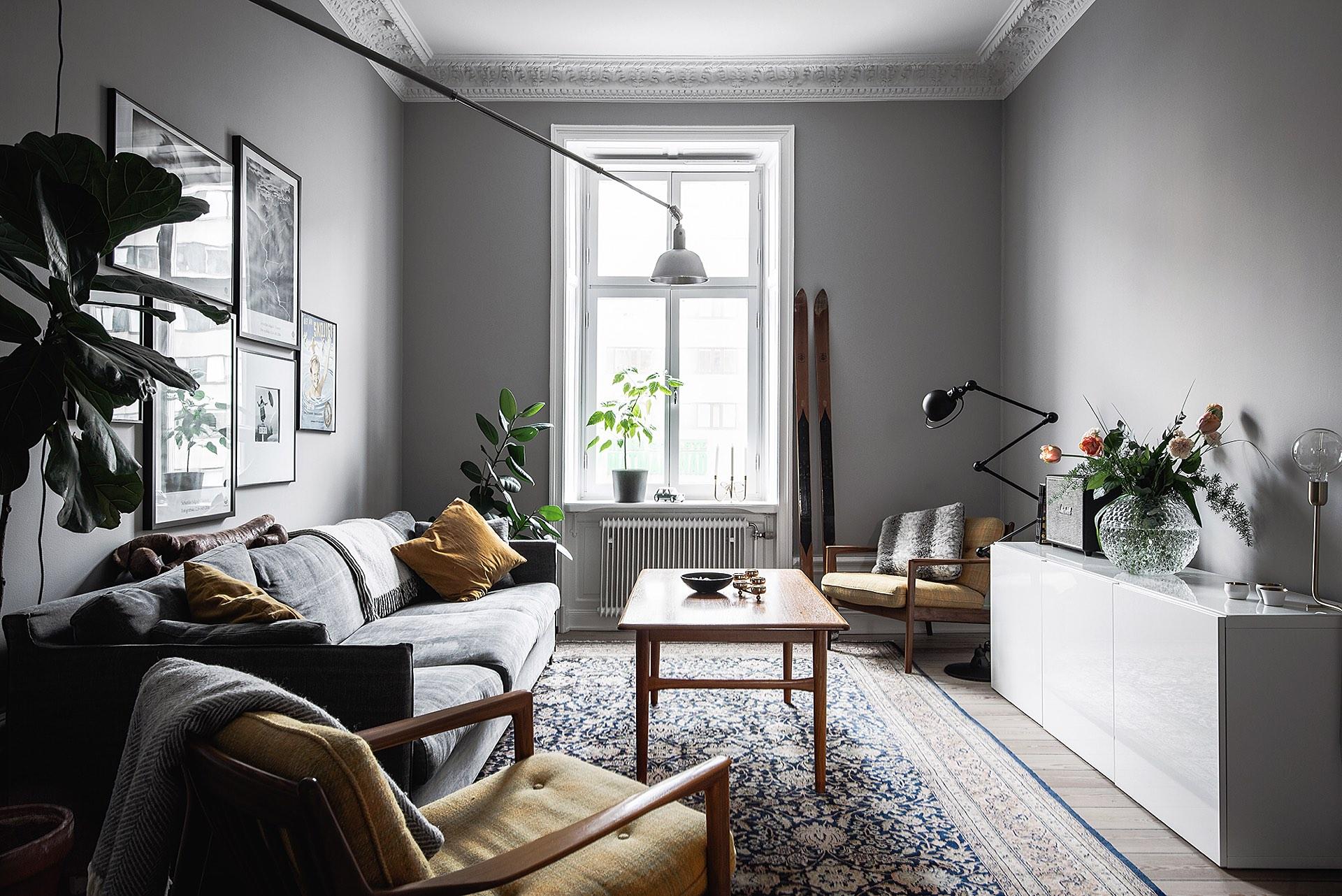 комната гостиная мебель комод ваза цветы картины ковер