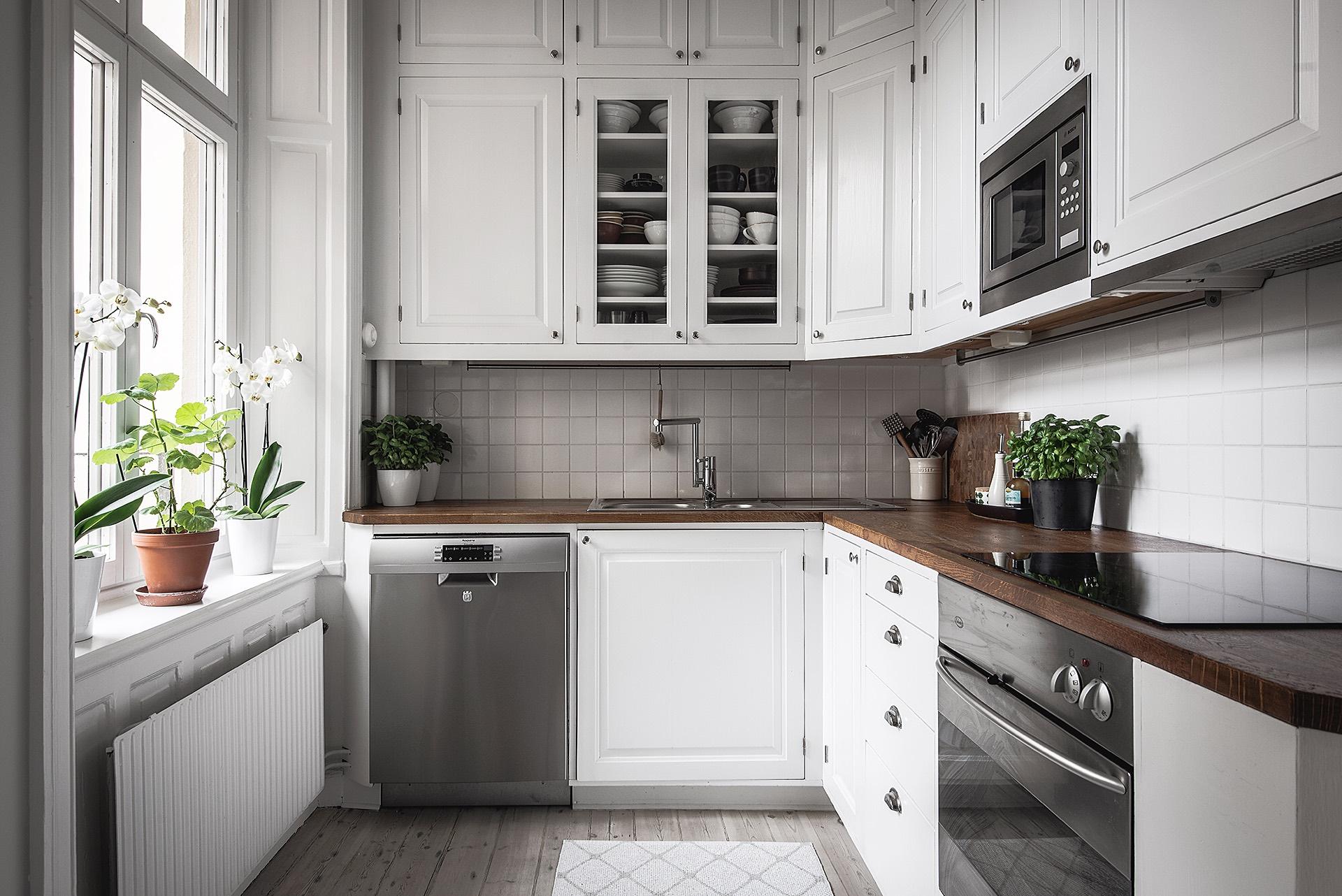 кухонная мебель белые фасады филёнка встроенная техника окно откосы подоконник радиатор