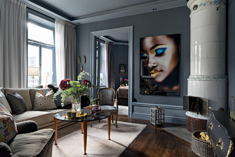 серые стены коричневый пол высокий плинтус израсцовая печь дрова комод точечная подсветка окно шторы