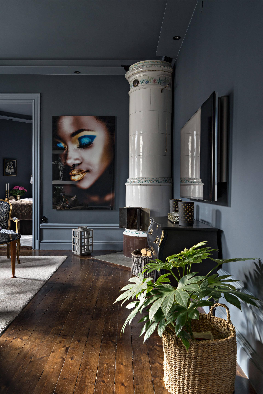 серые стены деревянный пол корзины печь дрова комод телевизор