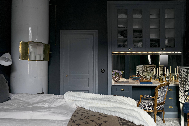 спальня серые стены ниша зеркало туалетный столик кресло настенные шкафчики