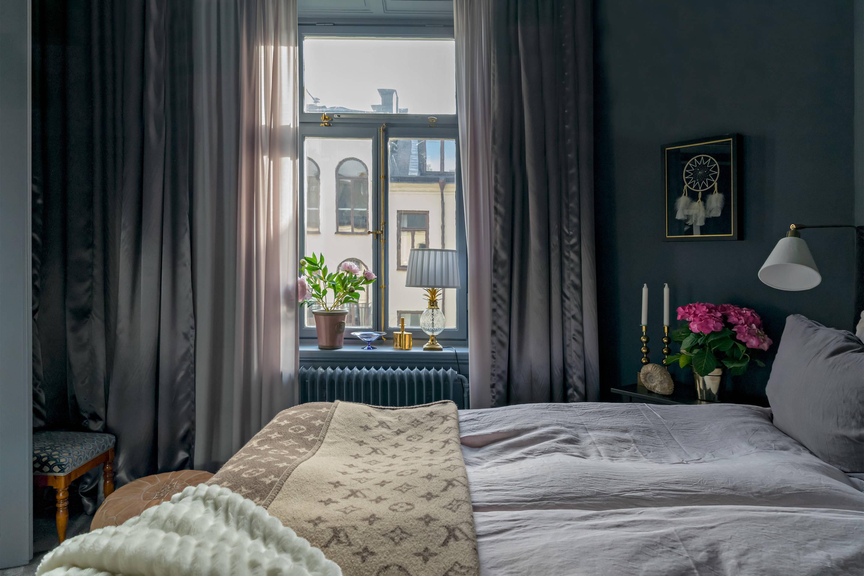 спальня окно шторы радиатор отопления кровать текстиль прикроватные светильники