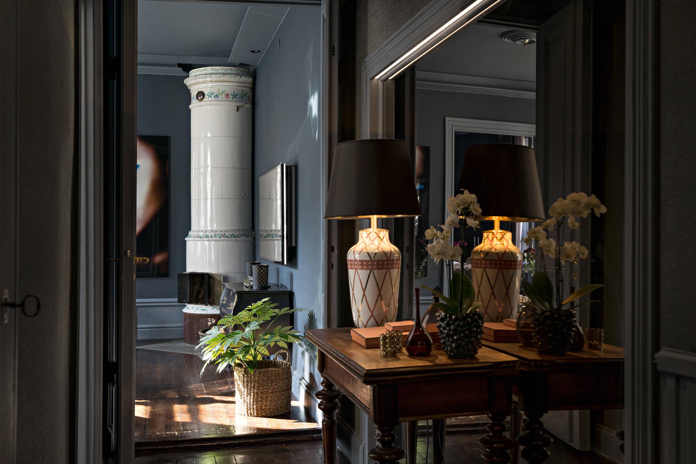 коридор консоль лампа зеркало