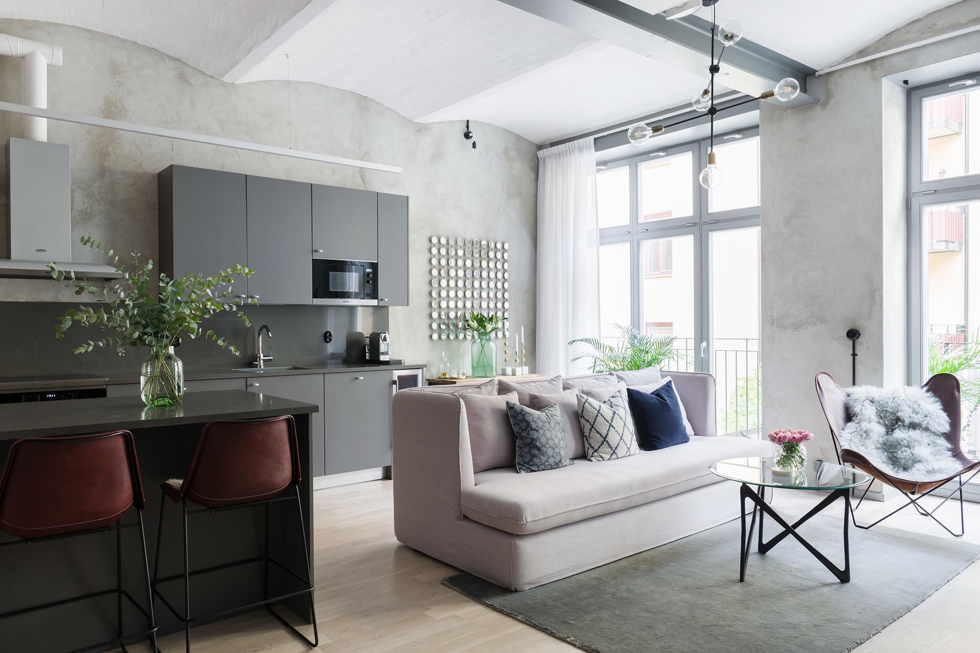 гостиная кухня бежевый диван кожаное кресло столик потолок своды серые кухонные фасады французские окна