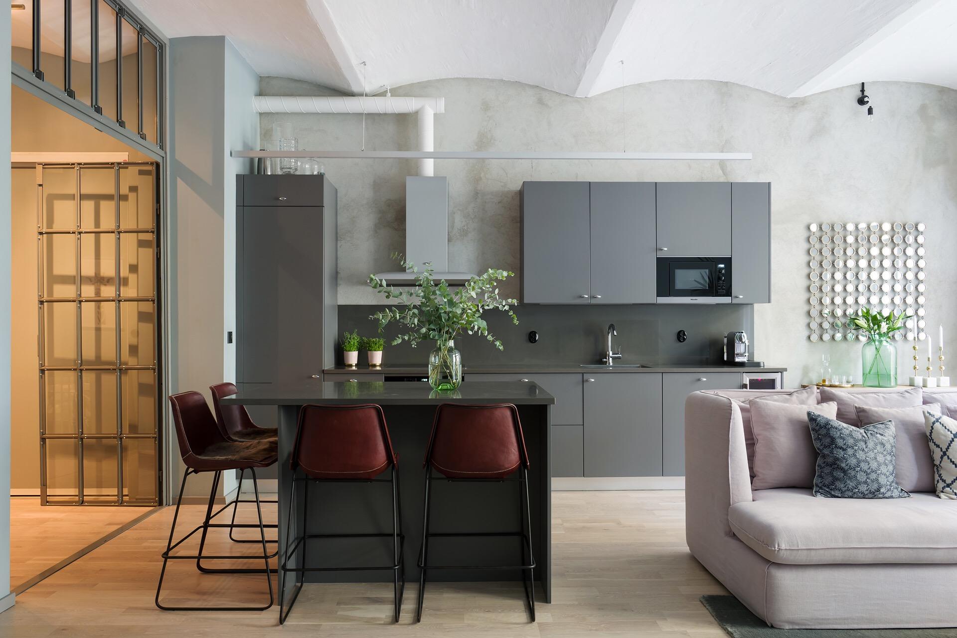 гостиная кухня высокий потолок своды серые кухонные фасады обеденный стол барные стулья