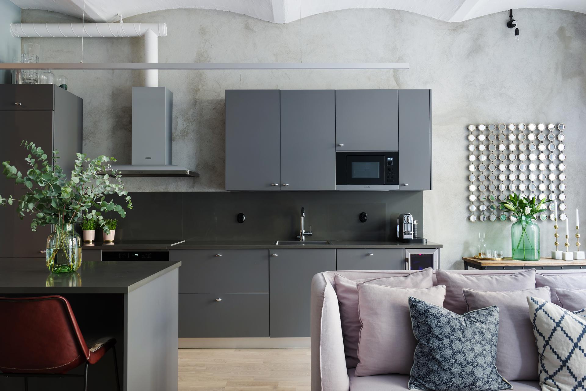 кухня серые гладкие фасады столешница труба вытяжка серые стены
