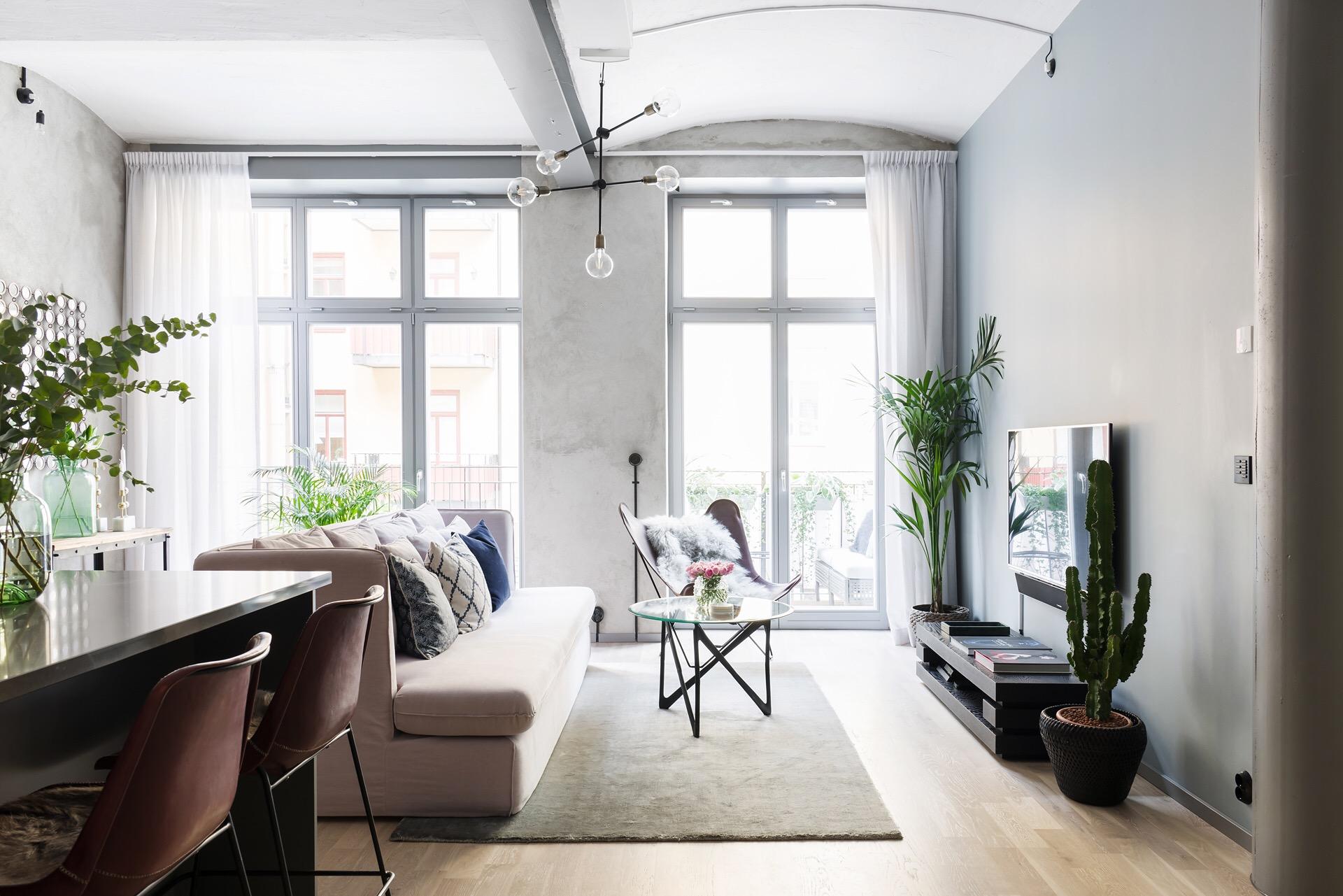 французские окна двери гостиная серые стены бежевый диван ковер телевизор светлый пол
