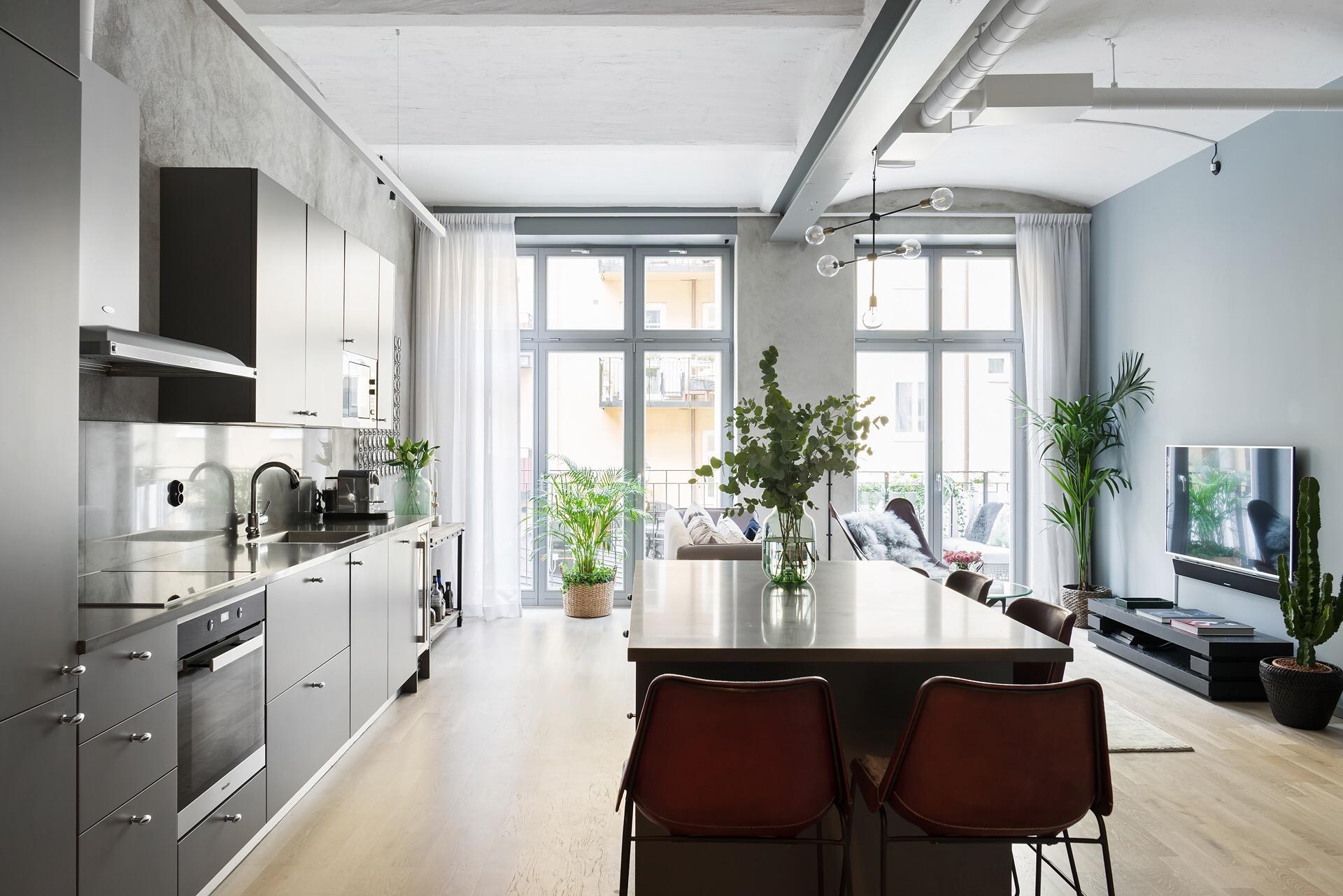 кухня гостиная французские окна двери телевизор остров барные стулья