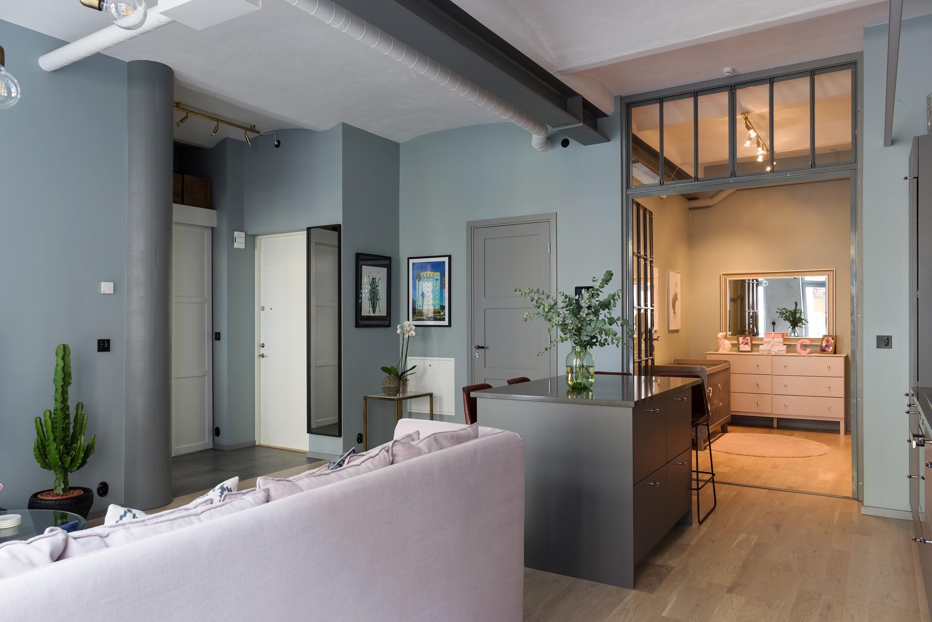 серые стены светлый пол кухня гостиная детская комната