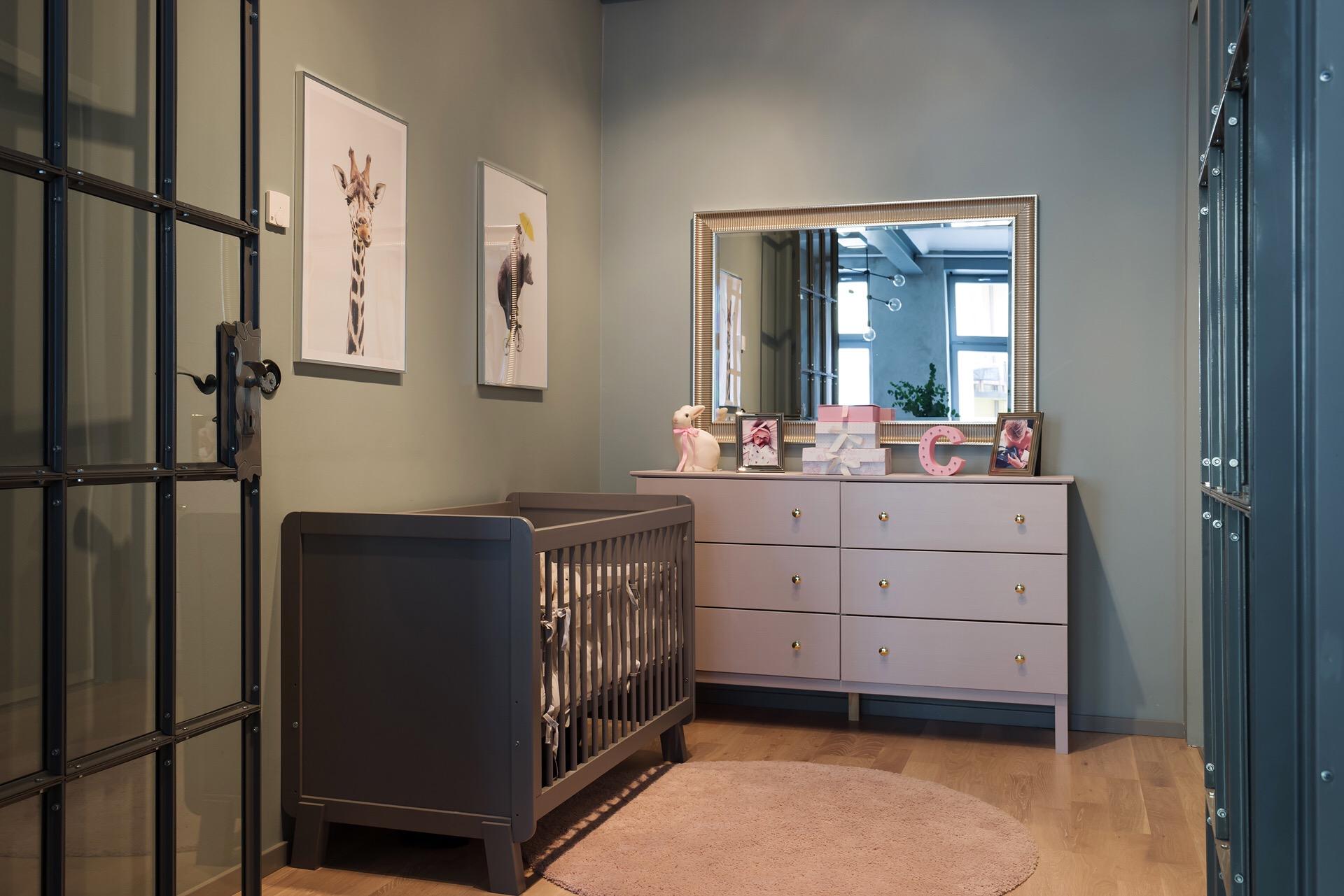 детская комната сварная стеклянная перегородка кроватка комод зеркало