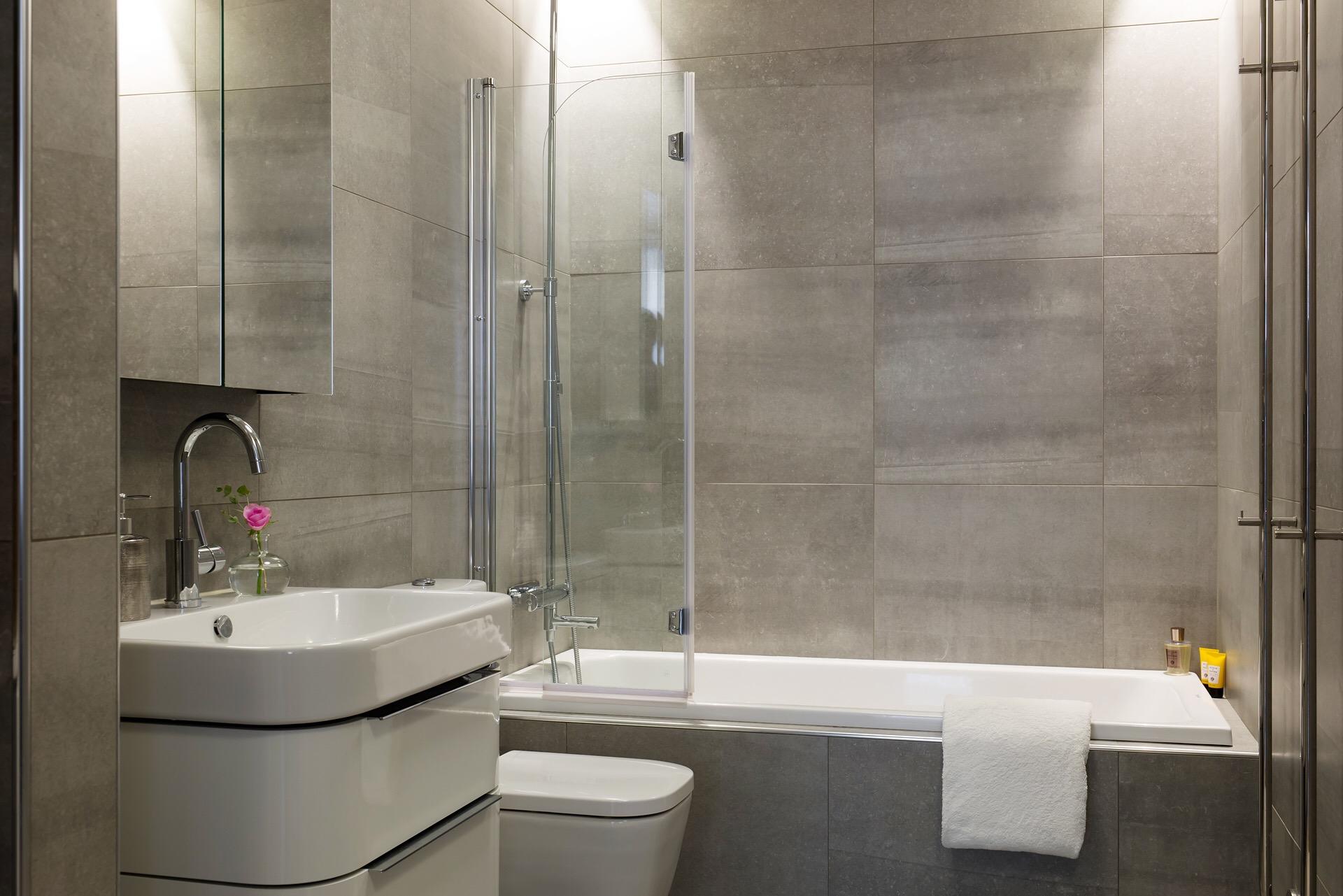 ванная комната ванна стеклянная шторка раковина комод смеситель зеркальный шкафчик