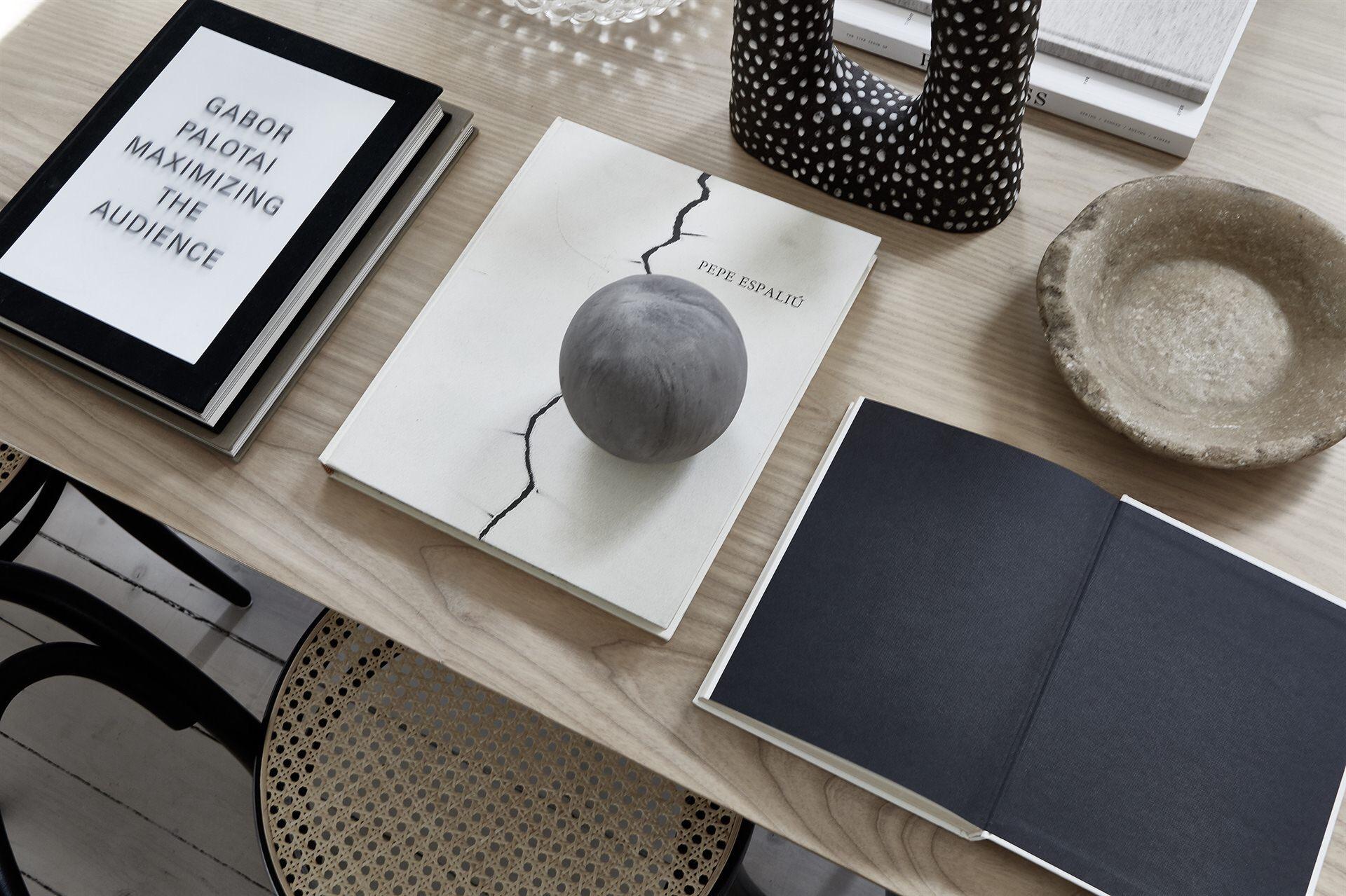 деревянный стол плетеные табуреты книги декор
