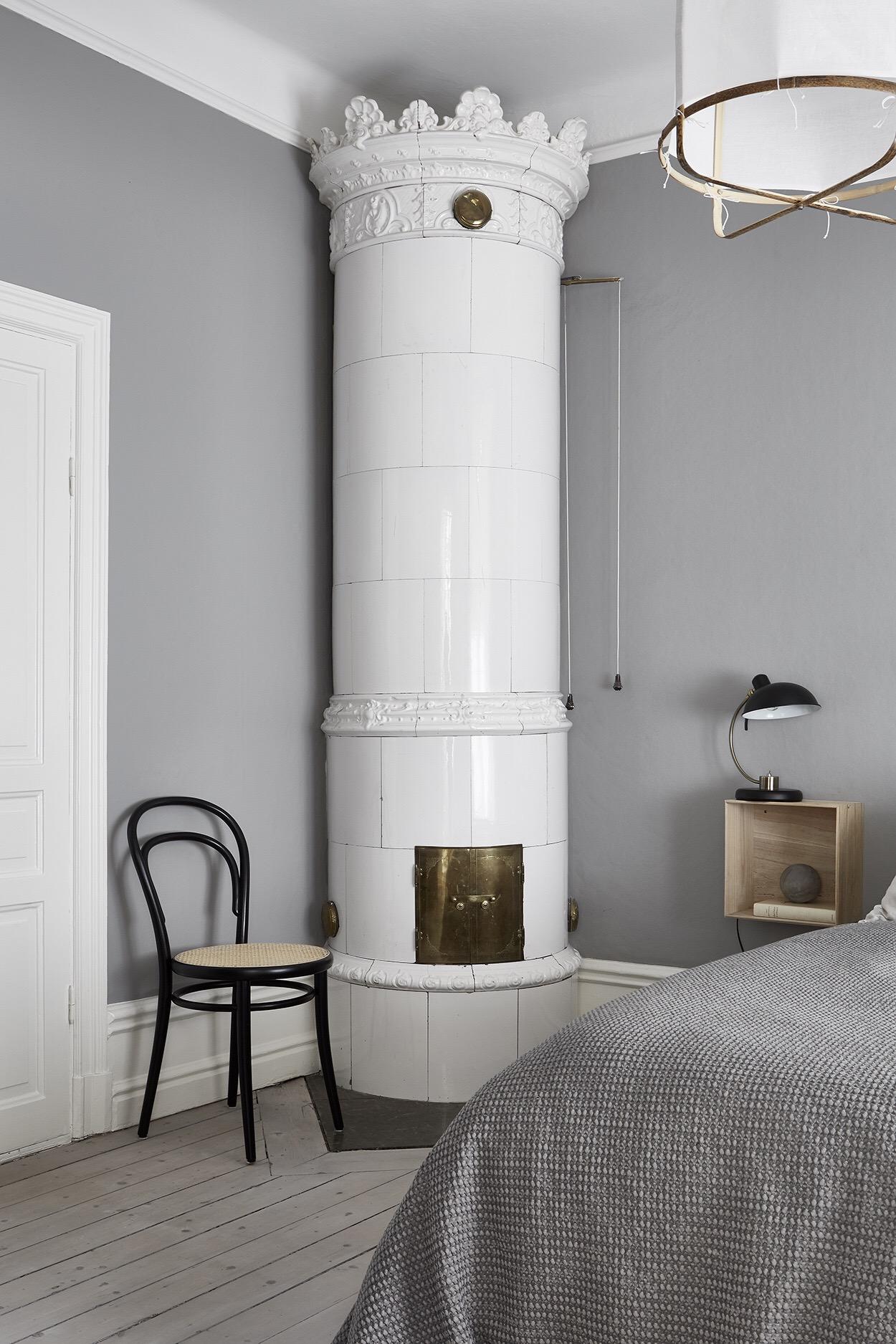 скандинавская печь венский стул половая доска сосна белый плинтус серые стены