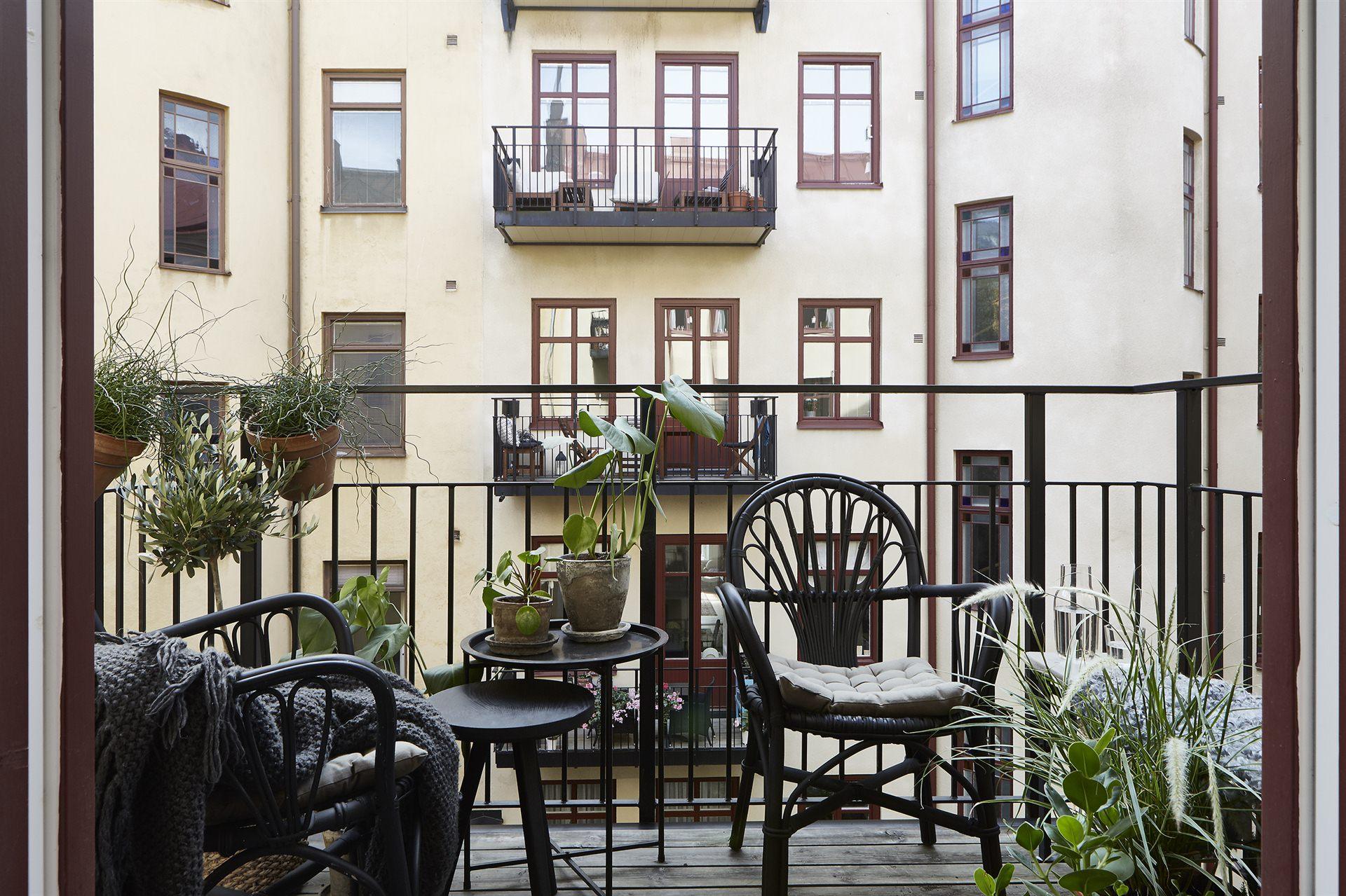 балкон цветы деревянный настил уличная мебель
