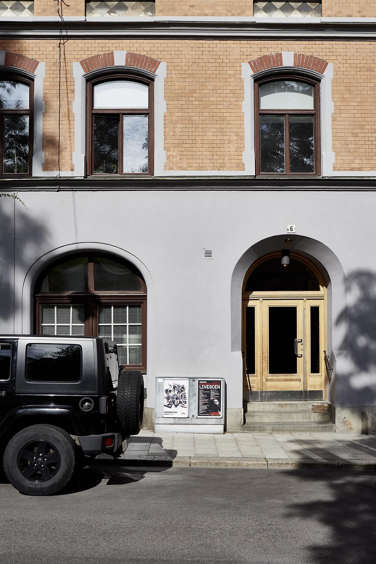 фасад городского дома входная дверь