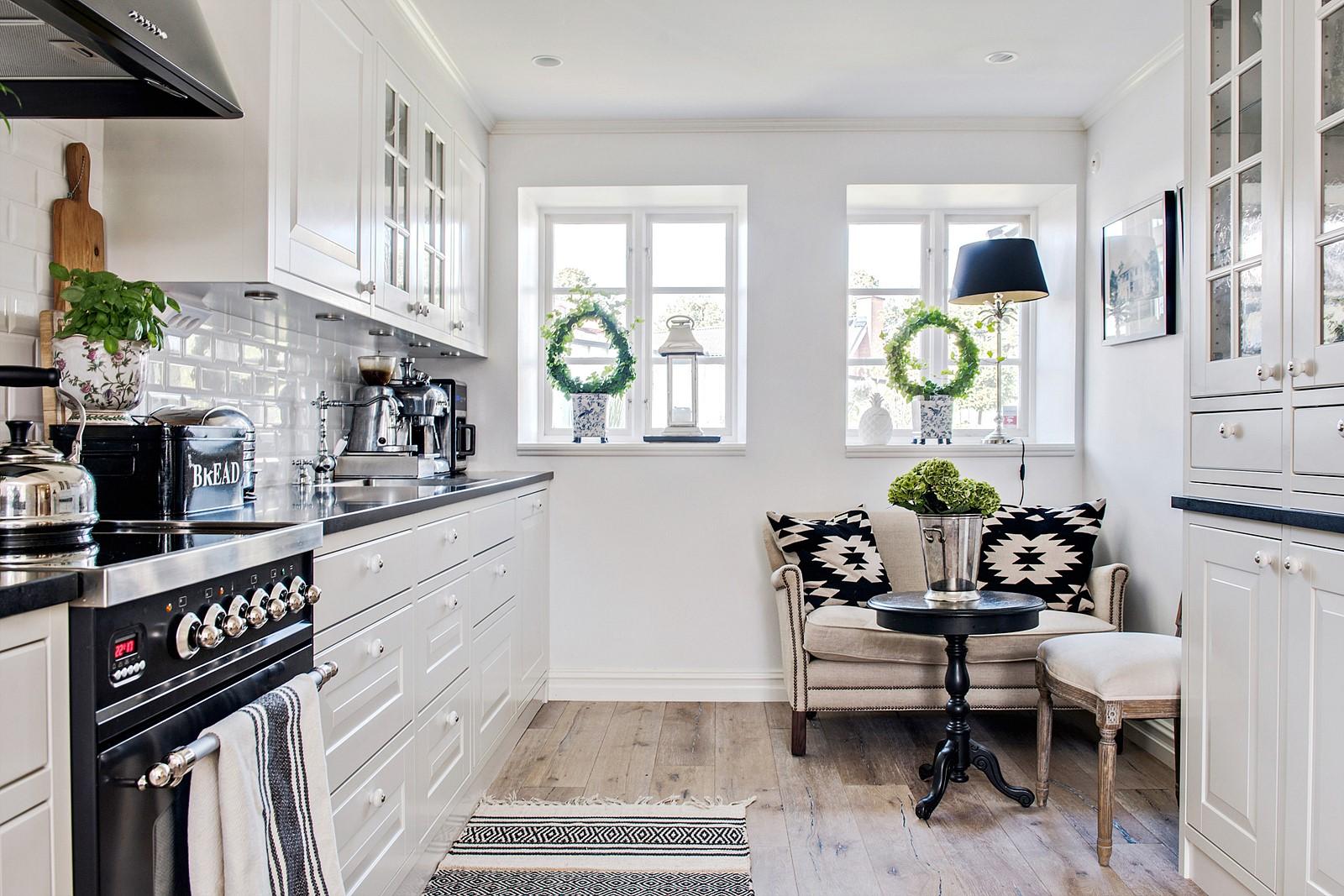 кухня кухонная мебель деревянный пол окна диван сервант