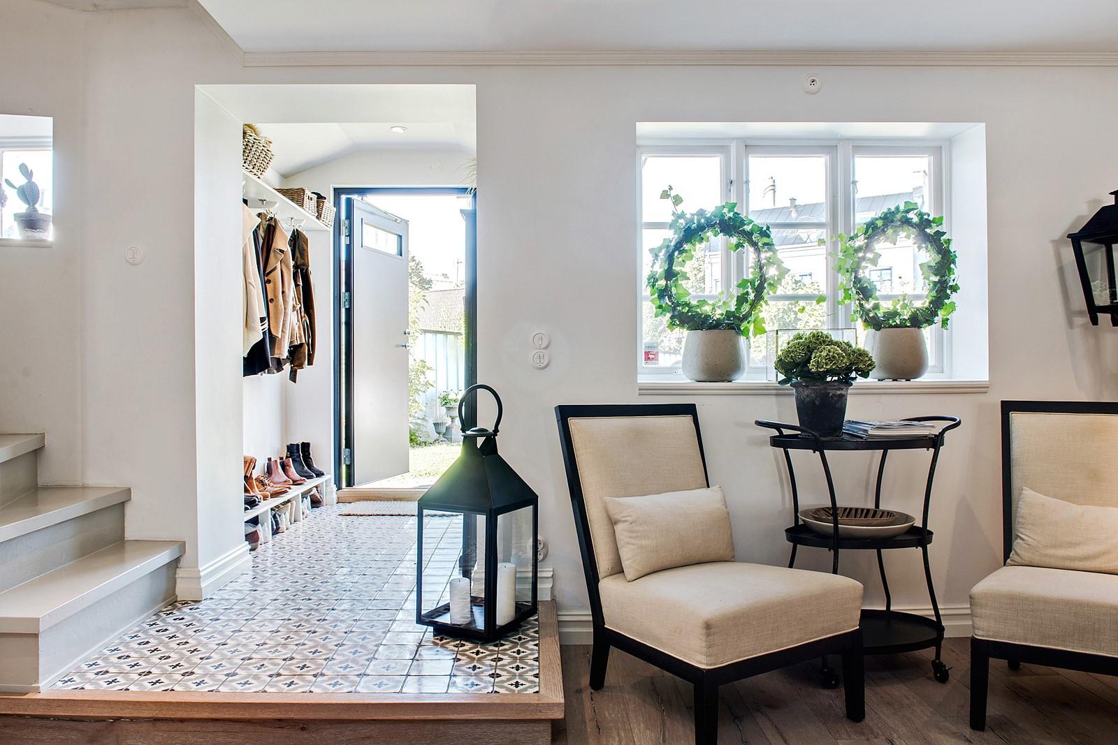 прихожая входная дверь коридор одежда лестница порог фонарь свечи стулья