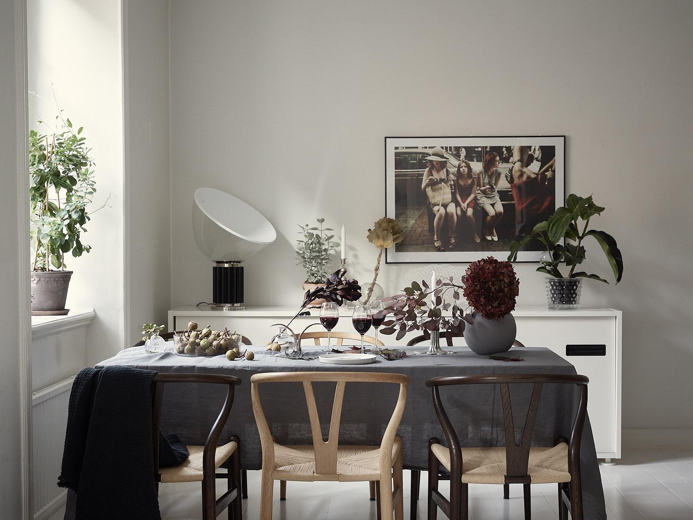 стол серая скатерть декор ваза цветы