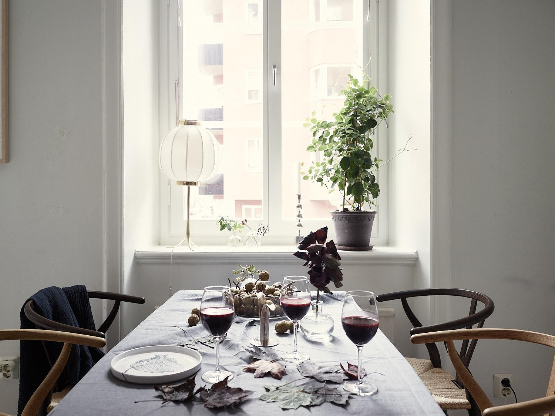 стол стулья скатерть окно подоконник лампа цветок