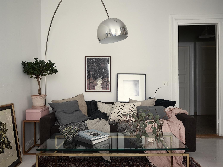 диван подушки текстиль торшер придиванный столик цветок