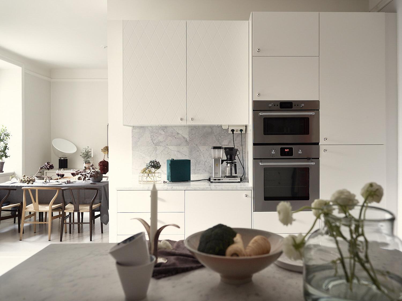 кухонная мебель белые гладкие фасады мраморная столешница встроенная кухонная техника