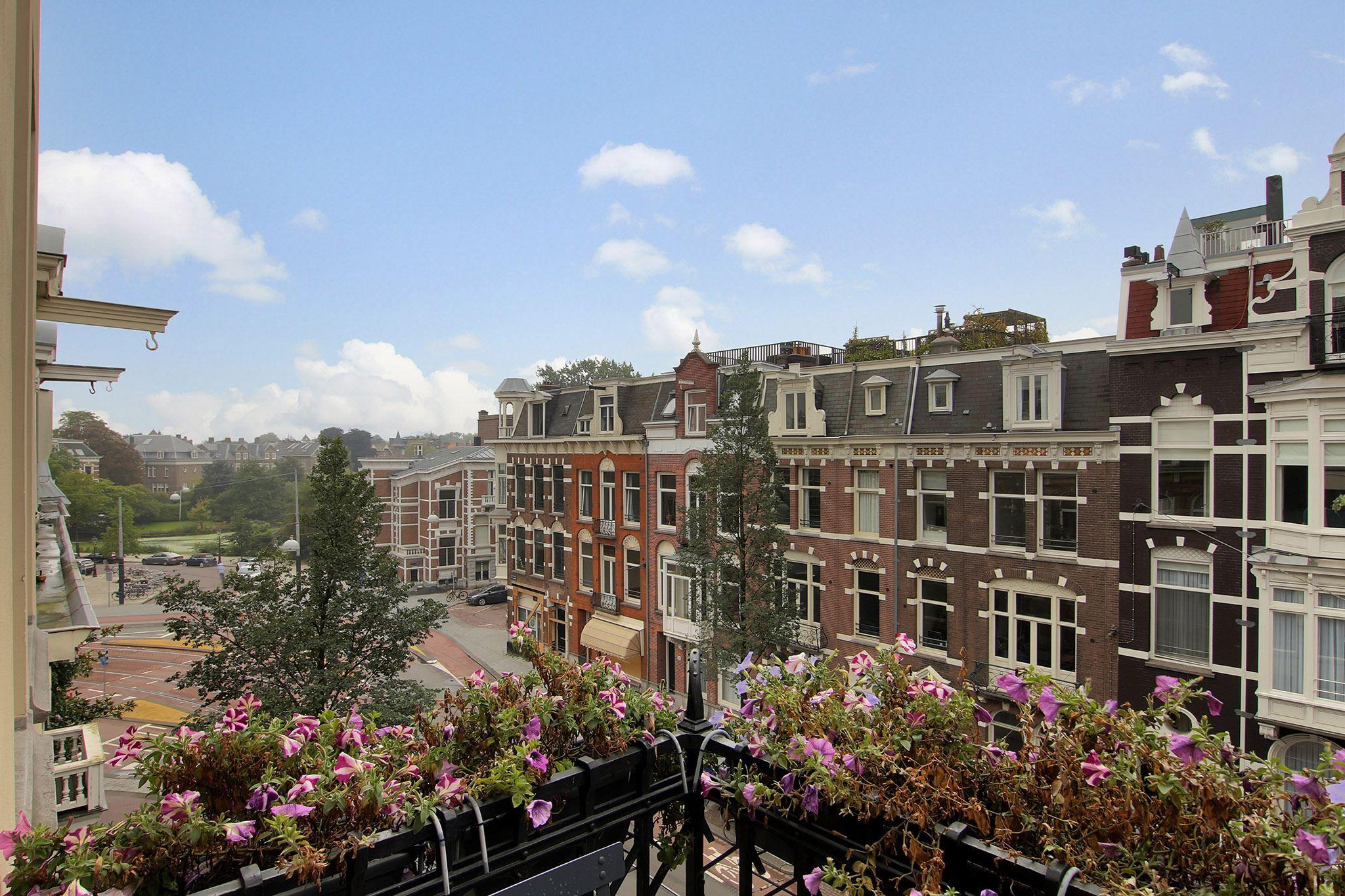 вид с балкона кашпо цветы