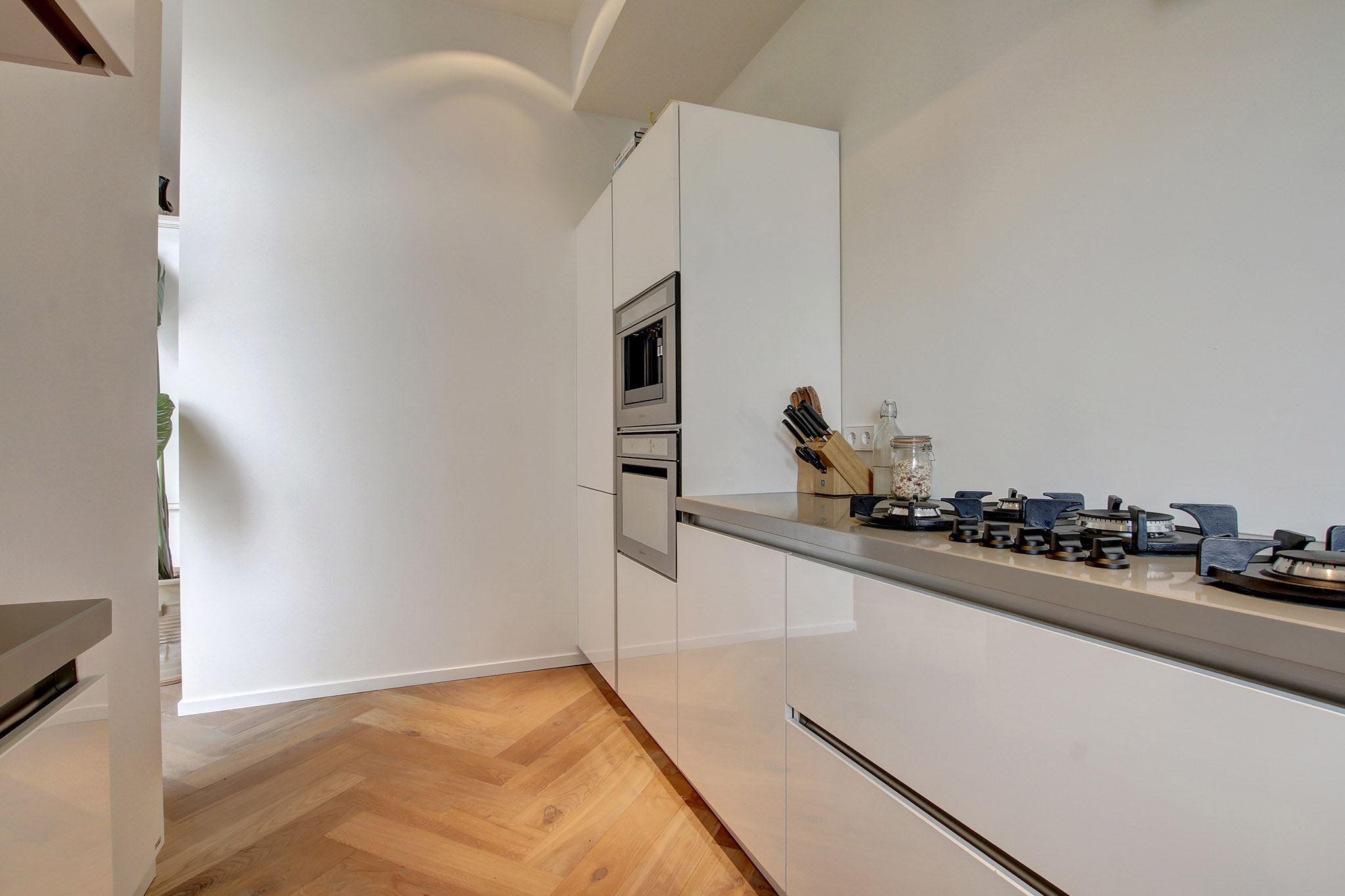 кухня белые глянцевые фасады паркет елочка