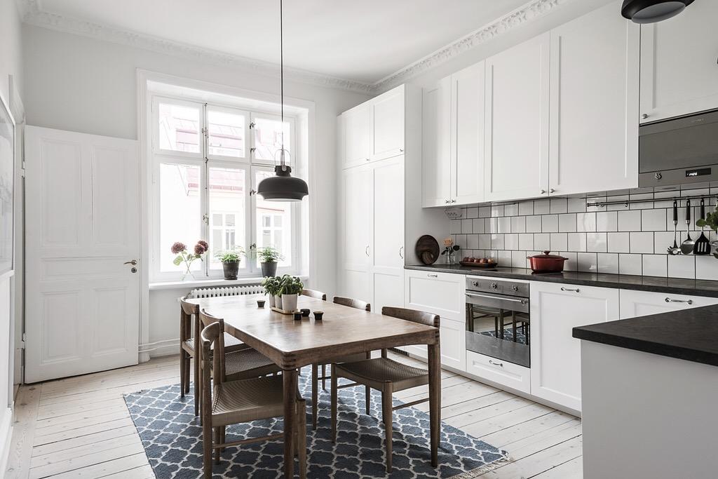 кухня кухонная мебель обеденный стол стулья ковер окно дверь