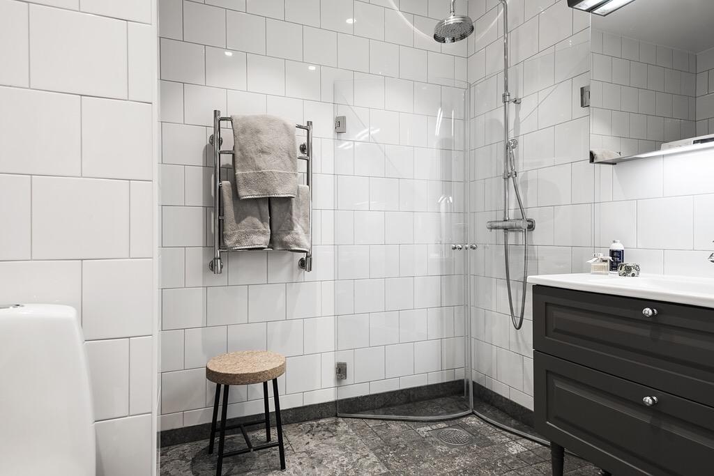санузел полотенцесушитель душ трап стеклянные двери табурет комод раковина зеркальный шкафчик