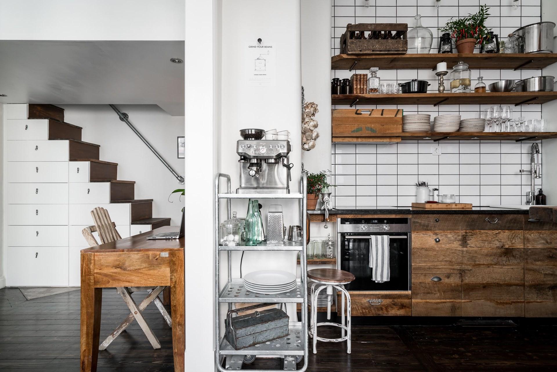 кухонная мебель деревянные фасады полки посуда стеллаж кофеварка