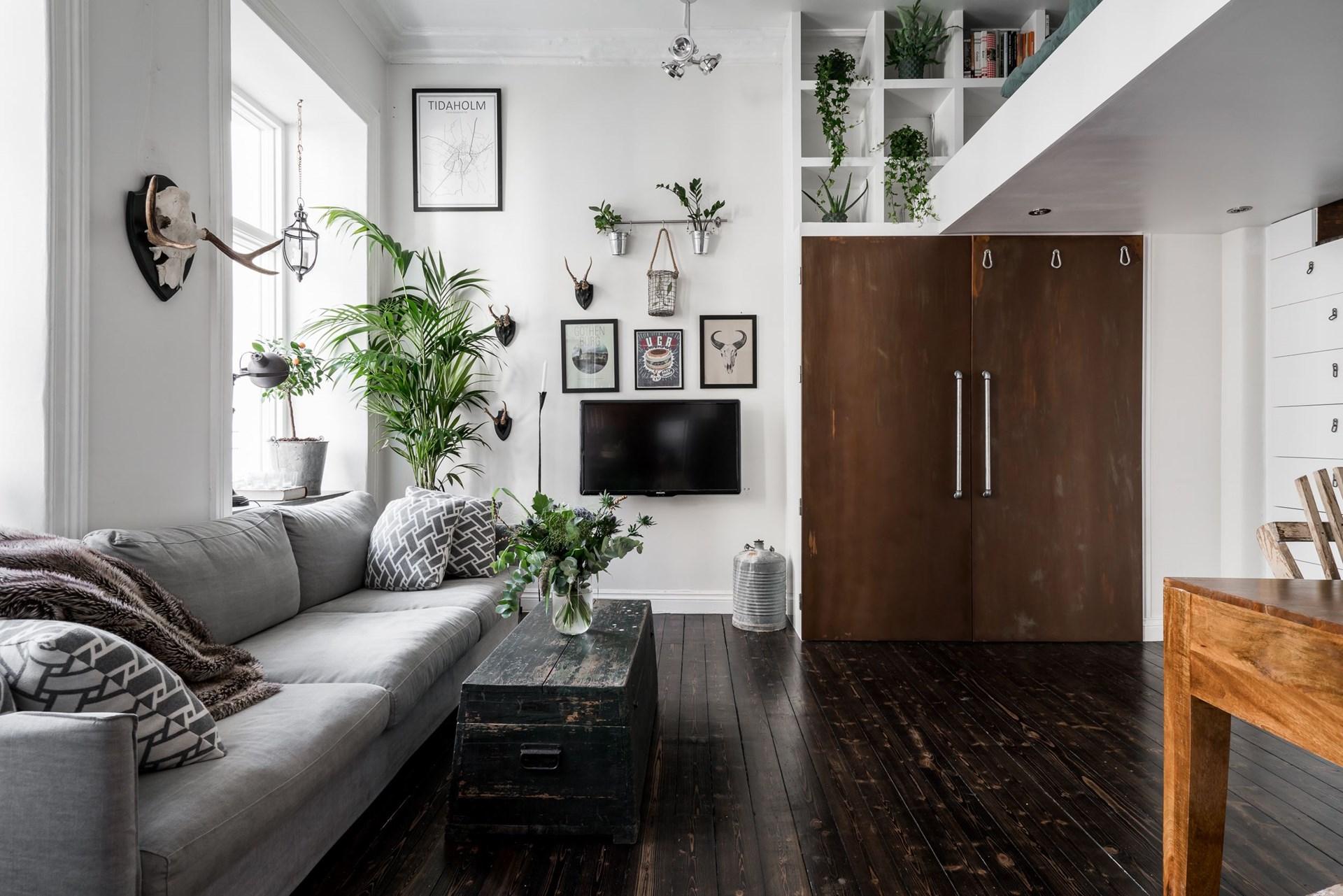 гостиная высокий потолок антресоли шкаф диван телевизор сундук темный деревянный пол