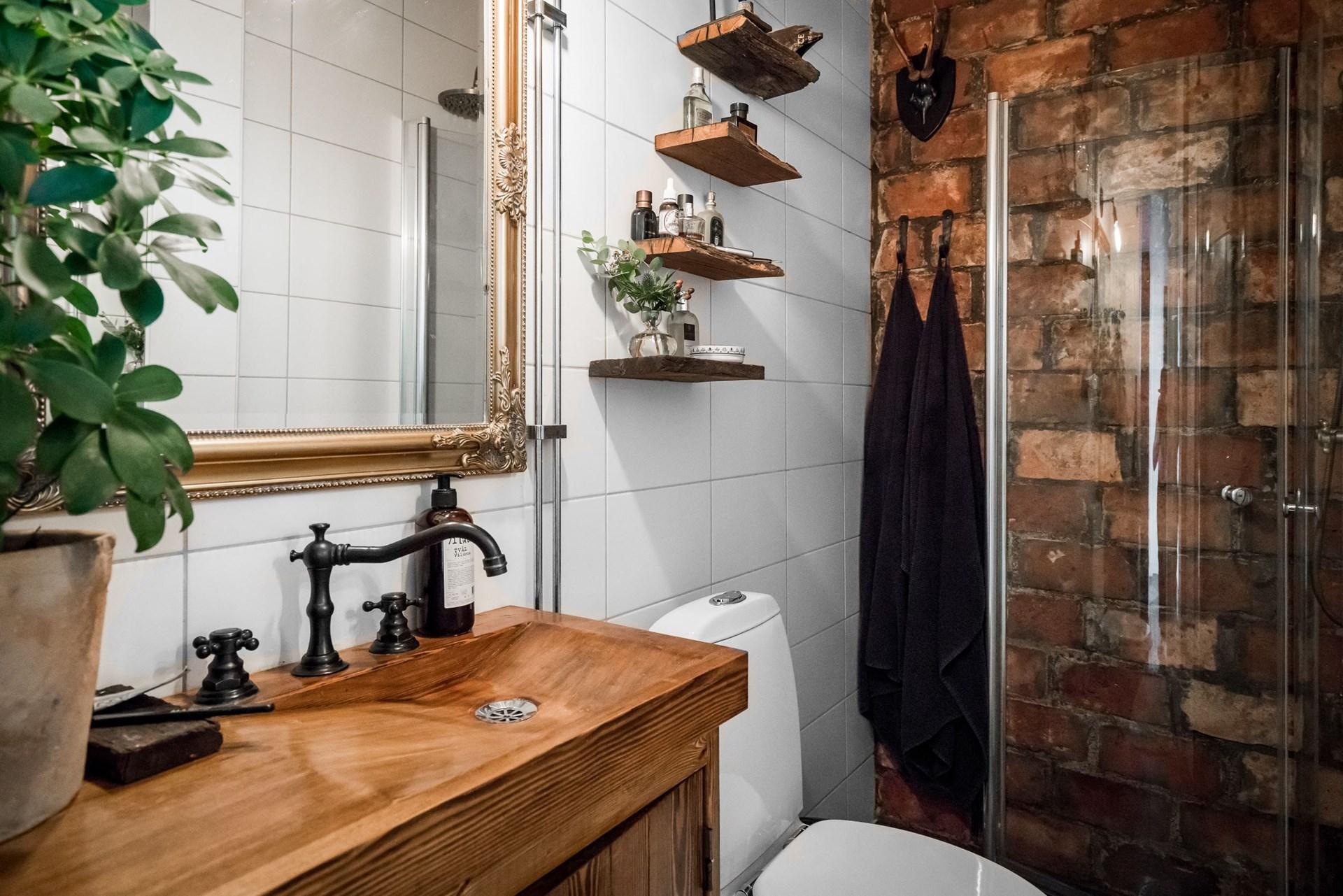 санузел душ стеклянная дверь кирпич деревянная раковина смеситель зеркало рама